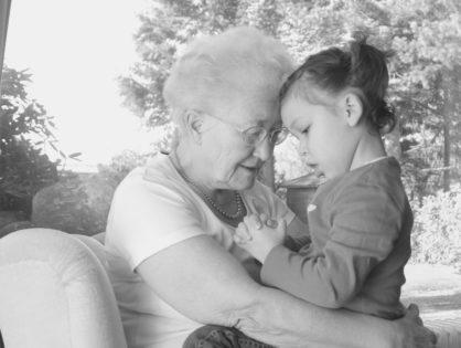 Hipótesis de la abuela: más longevos y dependientes socialmente